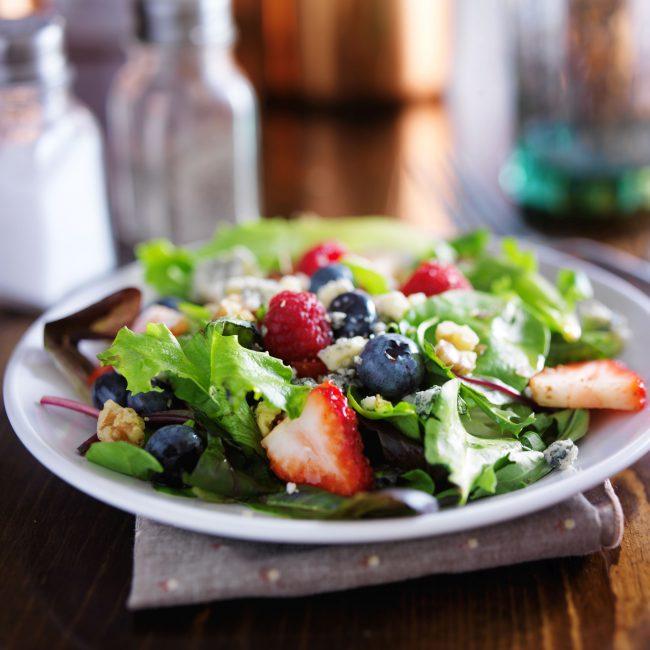 Salat mit Beeren und Nüssen