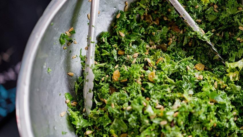 Salatschüssel mit Löffel - feingeschnitten