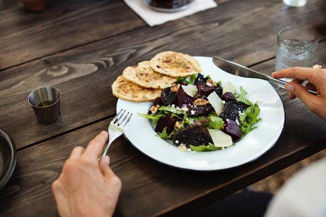 Salatteller mit Brot und Besteck