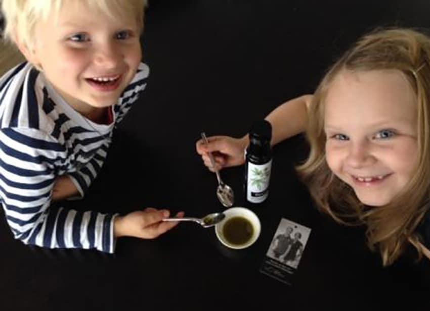 Kinder verkosten Öl der Farmgoodies