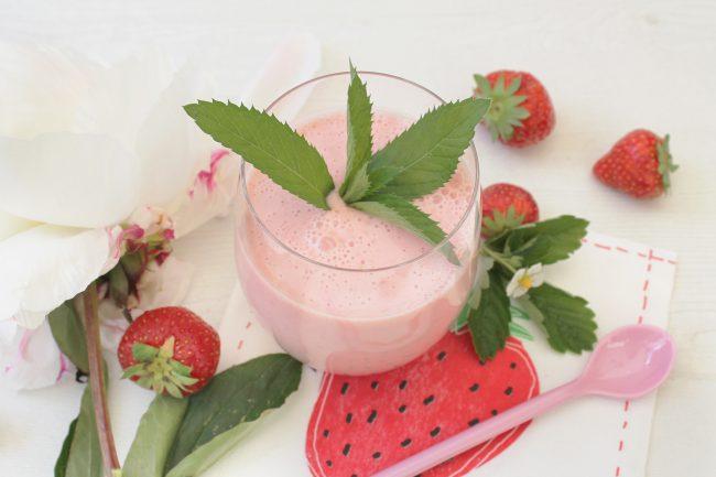 Erdbeer-Buttermilch Smoothie von oben