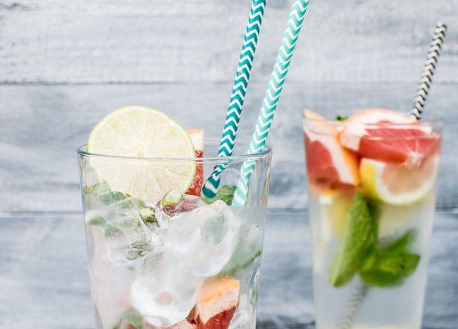 Glas mit Eiswürfel und Obst