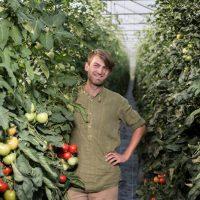 Gemüsebauer Manuel mit Paradeiser-Pflanzen