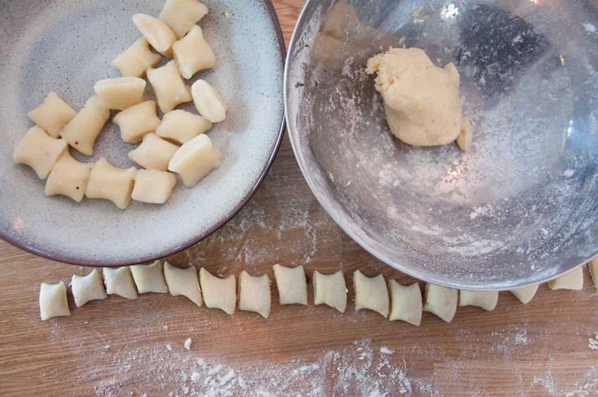 Gnocchi-Teiglinge in einer Schüssel und auf einer Holz-Arbeitsplatte von Bianca Haun von Bianca Haun