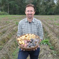 Manfred Schauer mit Korb voller bunter Erdäpfel aus dem Eferdinger Landl