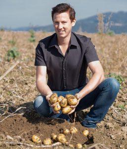 Martin Paminger, Geschäftsführer der Sauwald Erdäpfel KG auf einem Erdäpfel-Feld