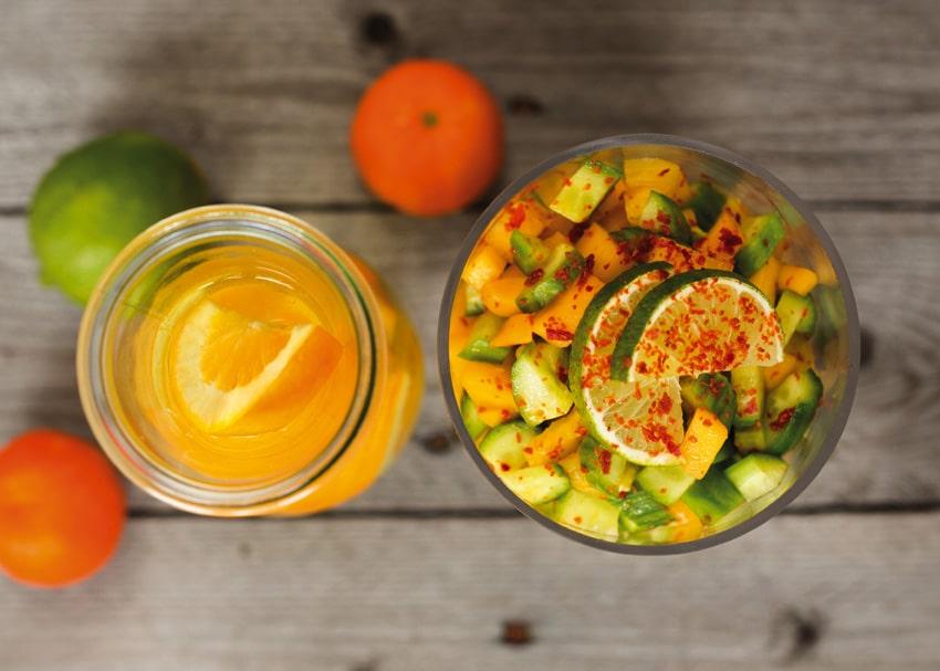 Scharfer Gurkensalat mit Mango und Ananas, dazu eine fruchtige Orangenbowle von Michaela Russmann (Raw Cooking)