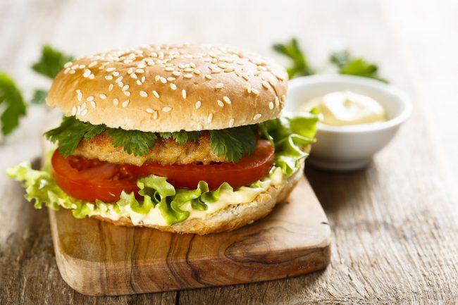 Sauwald Burger mit Putenschnitzel in Erdäpfelpanade und Knoblauch-Dip