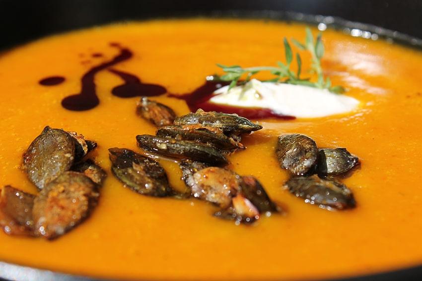 Gegrillte Kürbissuppe mit Karamell-Kürbiskernen und Kürbiskernöl