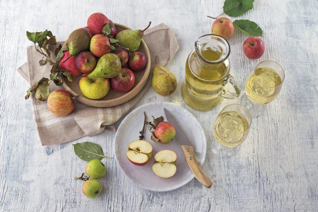 Most mit Äpfeln auf einem Tisch
