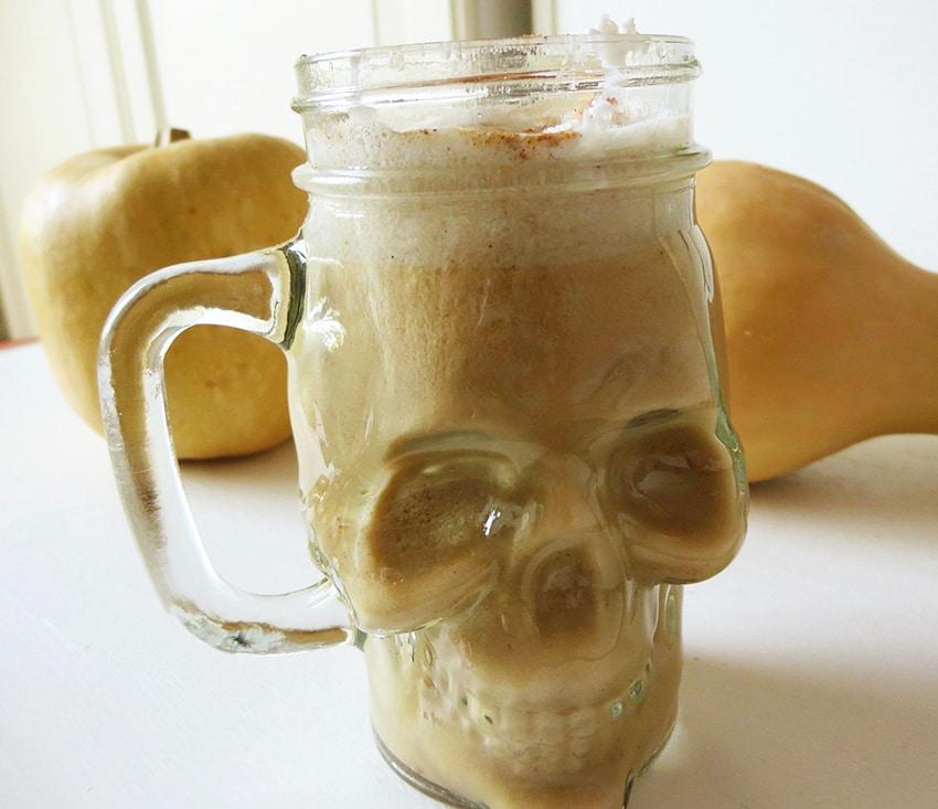 Pumpkin Latte in Totenschädel-Glas von Bloggerin Nika