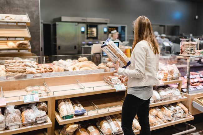 Julia von Ernährungsliebe beim Broteinkauf