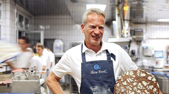 Franz Brandl in der Backstube mit einem Laib Brot