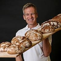 Franz Brandl mit Brotlaiben