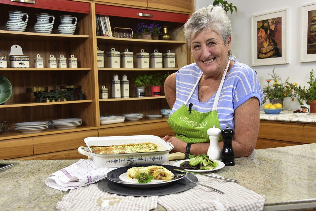 Resi Oma mit Gericht