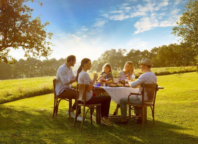 Oberösterreicher essen gemeinsam in der Natur