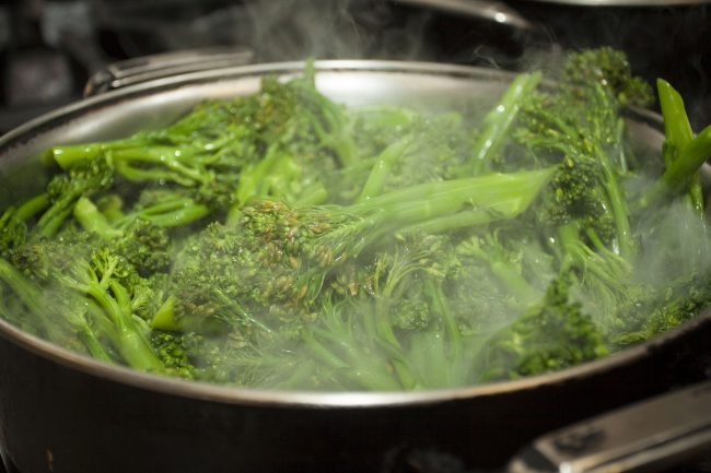Brokkoli gedämpft im Topf