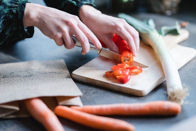 Ernährungsliebe schneidet Gemüse