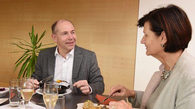Landesrat Max Hiegelsberger beim Essen (Foto von Röbl)