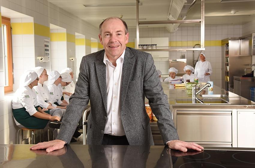Landesrat Max Hiegelsberger in einer Kochschule