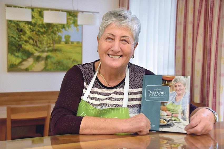 Resi Oma mit ihrem Kochbuch