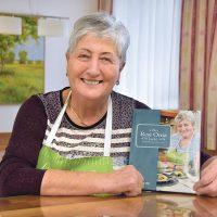 Resi Oma mit Kochbuch