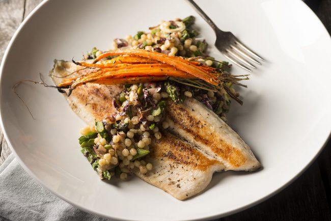 Fischfilet mit kleiner, runder Pasta und Karotten