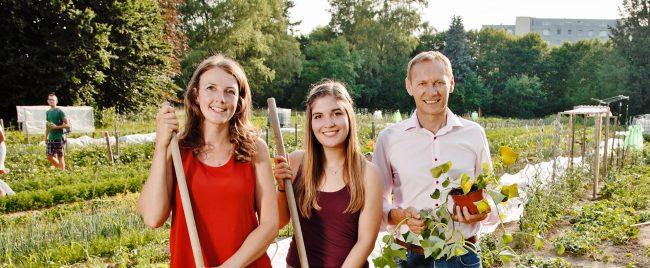 Familie in einem Morgentaugarten