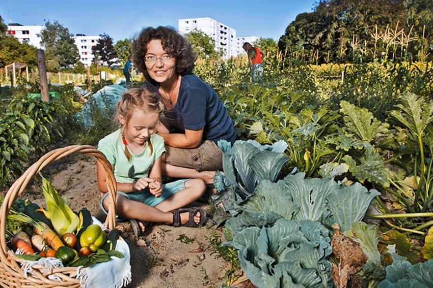 Frau mit Kind in einem Morgentaugarten