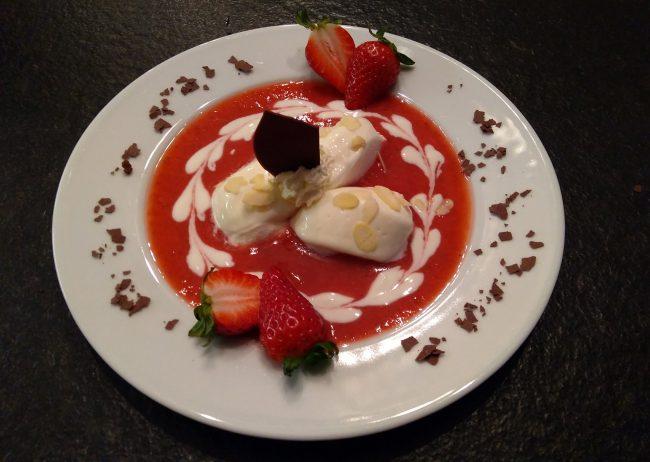 Joghurtnockerl mit A2-Naturjoghurt auf Erdbeerfruchtspiegel