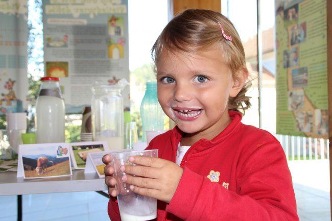 Mädchen mit Milchraumel (Foto: Heidemarie Grabner)