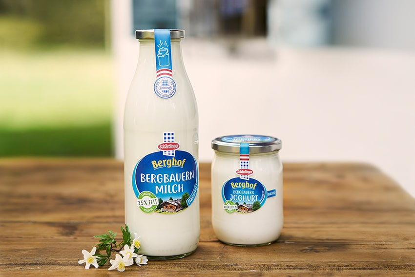 Schärdinger Milch und Naturjoghurt im Glas