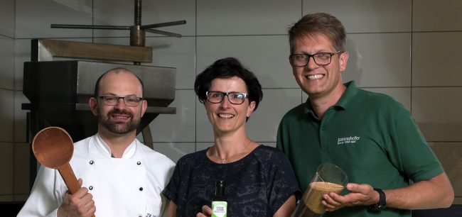 Eva und Norbert Eder vom Pankrazhofer mit Senfmahler Thomas Weber