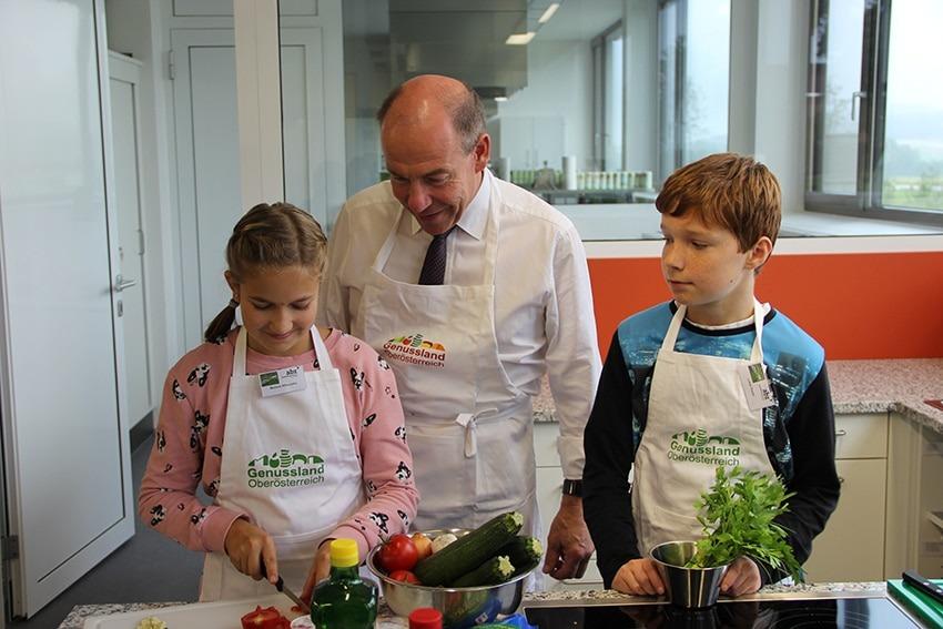 Landesrat Hiegelsberger kocht mit Kids beim Genusscamp