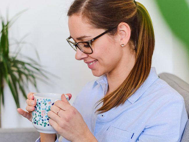 Julia von Ernährungsliebe trinkt Tee