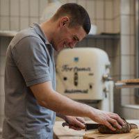 Christopher Lang Brot schneiden